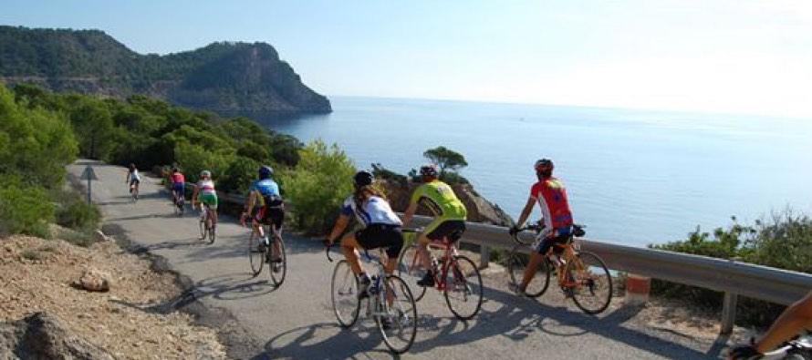 Ciclistas por las costas de Ibiza. Vía: pinteresc